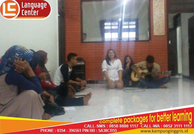 nyanyi bareng di weekly meeting kampung inggris LC