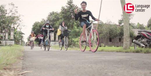 Budaya Unik Bersepeda Onthel di Kampung Inggris Pare